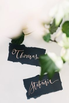 Fine Art Wedding Tischkarten in Schwarz | #Kalligraphie #Hochzeitskarten Bronze, Modern Calligraphy, Ink Color, Paper Cutting, Planer, Wedding Reception, Place Card Holders, Seating Chart Wedding, Table Seating