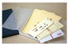 原稿用紙・ノートの浅草「満寿屋」|贈答品。満寿屋には、便箋・封筒等を化粧箱にお入れしたレターセットのご用意がございます。使いやすい人気の便箋等がセットになっておりますので、贈る方にも、贈られるお相手の方にも大変喜ばれている一品です。化粧箱は、風合いの良い和紙の包装紙で包装致します。またご希望がございましたら、のし掛けも承りますのでご相談下さい。   レターセット <品番:B4>    1,260円    セット内容    ・優雅箋 縦・太 1冊    ・優雅箋 横 1冊    ・封筒・グレー 10枚    ・一筆箋 1冊    ・千円袋 5枚    ・化粧箱入り
