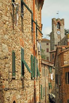 Suvereto (Livorno, Toscana) - un gioiello incastonato sulla costa degli Etruschi - dentro antiche mura, vicoli lastricati su cui si affacciano case di pietra, palazzi storici, chiese di grande suggestione e chiostri.