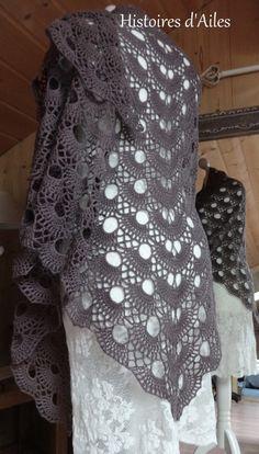 Voici mon nouveau châle ... Un châle ample et aéré, très agréable à crocheter. Un grand merci à May chez qui j'ai trouvé le tuto de ce châle:…
