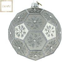 Szklane bombki choinkowe.   Ozdoba w formie dużego wielościanu, w delikatnym srebrzysto-szarym kolorze. W każdym z pól wielościanu - srebrna brokatowa śnieżynka, ozdobiona centralnym kryształkiem. Ornament in the form of large polyhedron in a delicate silvery-grey colour. In each of the fields of the polyhedron - silver glitter snowflake, decorated with central crystal.