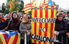 Katalanische Separatisten: Hand in Hand zur Selbstständigkeit - Berliner Zeitung. Der Ruf nach der staatlichen Unabhängigkeit #Kataloniens wird immer lauter. Die 7,5-Millionen-Einwohner-Region im Nordosten Spaniens erlebte am Mittwoch eine eindrückliche Demonstration des Willens zur #Abspaltung vom Rest des Landes: Rund 350.000 Menschen reihten sich in einer fast 400 Kilometer langen Schlange quer durch #Katalonien auf, um die Unabhängigkeit von Spanien zu fordern.