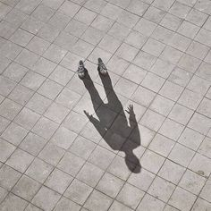 Shadow Photography Creative photo series by Spanish artist and photographer Pol Ubeda Hervas. Ombres Portées, Academia Hero, Miss Peregrines Home For Peculiar, Hotarubi No Mori, Catty Noir, Home For Peculiar Children, Accel World, Shadow Photography, Eerie Photography