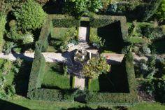 Le coeur du jardin clos d'inspiration médiévale avec le bruissement de sa fontaine
