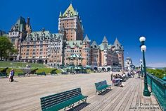 Kanada Quebec Stadt/The Château Frontenac castle in Quebec with Terrasse Dufferin promenade Quebec City, Montreal, Travel Destinations, Castle, Mansions, Street, House Styles, Attraction, Mansion Houses