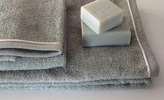 Set di spugne da bagno (ospite+viso) colore salvia con profilo bianco.