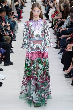 Valentino Spring 2019 Ready-to-Wear Collection - Vogue Style Haute Couture, Couture Mode, Couture Fashion, Runway Fashion, Fashion Trends, Fashion 2017, Fashion Week Paris, High Fashion, Vestidos Fashion