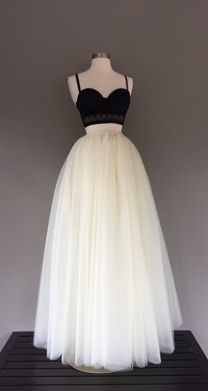 Items similar to Floor length tulle skirt, ivory tulle skirt, adult tutu, ivory wedding dress, tea - Geburtstagswünsche Mann Pretty Prom Dresses, Pretty Outfits, Homecoming Dresses, Cute Dresses, Beautiful Dresses, Formal Dresses, Tulle Wedding Gown, Tea Length Wedding Dress, Ivory Wedding