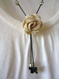 Crocheted Jewelry Crochet Necklace Butterfly and Rose di Crochet Flower Patterns, Crochet Flowers, Bead Patterns, Bracelet Patterns, Knit Or Crochet, Crochet Stitches, Bead Crochet, Crochet Collar, Jewelry Crafts