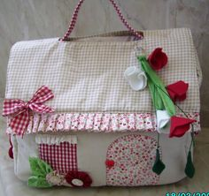 DIY - Diapers Bag (in Portuguese) I'm gunna modify to fit my sewing machine Handmade Bags, Handmade Crafts, Bag Patterns To Sew, Sewing Patterns, Sewing Crafts, Sewing Projects, Diy Diapers, Purse Tutorial, Tutorial Sewing