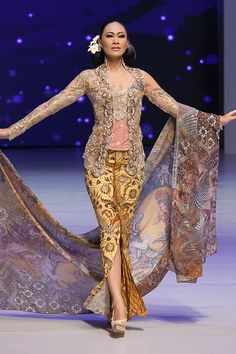 Pagelaran 25 Tahun Anne Avantie Berkarya – Bagian 2 – The Actual Style Kebaya Lace, Batik Kebaya, Kebaya Dress, Blouse Batik, Batik Dress, Kimono, Traditional Fashion, Traditional Dresses, Modern Kebaya