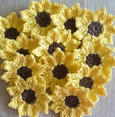 12 flores de ganchillo de hilo de algodón marrón y amarillo. ¿Girasoles? ¿Margaritas?  Añadir a páginas de scrapbook, tarjetas, ropa, artesanías,