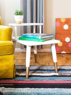Loving this mid-century side table makeover with chalk paint and liquid gold leaf paint. Such a great way to update a garage sale find! (click through for step-by-step tutorial and tips)