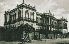 Perspectiva do antigo Palácio, situado na Av. Eduardo Ribeiro, esquina com a Rua José Clemente. A fotografia é um cartão Postal da década de 1910. Fonte: Manaus Sorriso.