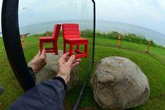 """La ciudad danesa de Aarhus ostenta este año el título de Ciudad Europea de la Cultura. Entre los múltiples actos culturales hay uno que me ha llamado especialmente la atención. La ARoS Triennial """"The Garden. End of Times, Beginning of Times"""". Es una exposición al aire libre que enfoca las relaciones humans con la naturaleza. Me he permitido añadir la silla roja de la #RedChairStory a algunas obras. Pero no todo son obras de la exposición. Hay algún(os) intruso(s), la primera persona que…"""