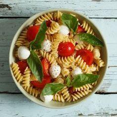 Koude pastasalade met ham, garnalen, courgette en paprika - recept - okoko recepten