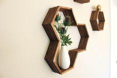 Voici une formidable idée, qui consiste à créer une étagère originale avec seulement des bâtons de glace et de la colle ! Une façon de décorer la maison presque sans débourser d'argent ! Ce qu'il faut : Des bâtons de glace (environ 100) De la colle forte Un peu de peinture/vernis Un pinceau Un modèle hexagonal (sous...