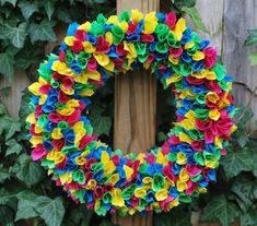 How to make a rag wreath – cool DIY wreath ideas with cheap materials Felt Wreath, Fabric Wreath, Wreath Crafts, Diy Wreath, Wreath Ideas, Rag Wreath Tutorial, Couronne Diy, Balloon Ribbon, Deco Mesh Wreaths