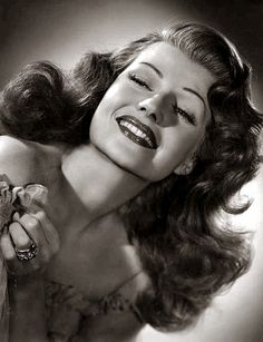 Makeup done forties style, but that hair is all Rita Hayworth! Old Hollywood Glamour, Golden Age Of Hollywood, Classic Hollywood, Hollywood Divas, Rita Hayworth, Pin Up Hair, My Hair, Glamour Photo, Most Beautiful Man