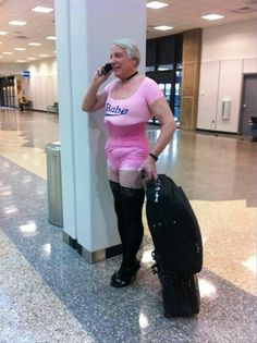 Sometimes, we see funny people at the airports in weird clothes or with unusual things. Check 24 hilarious photos of people at airports that will entertain you. Babe, Crazy People, Funny People, Strange People, Funny Cartoons, Funny Jokes, Funniest Jokes, Adult Cartoons, It's Funny