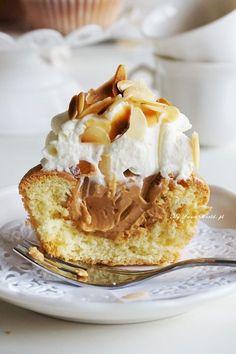 Kultowe babeczki śmietankowo-karmelowe in 2020 Polish Recipes, Candy Recipes, Sweet Recipes, Dessert Recipes, Desserts To Make, Sweet Desserts, Food To Make, Caramel Cupcakes, Sweet Little Things