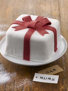 Lahjakakku - kakku kauniissa paketissa. http://www.oetker.fi/fi-fi/rezepte/r/lahjakakku.html #sokerimassa #sugarpaste #droetker