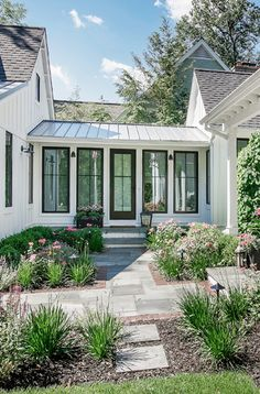 New Totally Free White Farmhouse metal roof Suggestions If you like a traditiona. Garage Design, Exterior Design, House Design, White Farmhouse, Modern Farmhouse, Metal Roofs Farmhouse, Farmhouse Ideas, Board And Batten Exterior, Fibreglass Roof