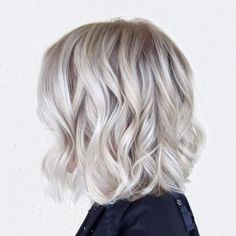 Curly Platinum Bob Hairstyle Bright Blonde Hair, Dark Roots Blonde Hair, Icy Blonde, Blonde Bobs, Dark Hair, Blonde Shades, Pearl Blonde, Brown Hair, Bob Haircut For Fine Hair