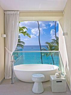 Salle de bains avec vue sur la mer dans la villa Footprints. Plus de photos sur Côté Maison http://petitlien.fr/8215