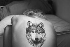 tatouage-loup-noir-gris-tête-loup-dos-femme