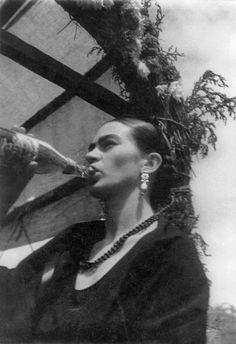 Frida Kahlo bebiendo.