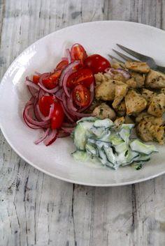 Kylling med tzatziki og tomatsalat med løk - Mat på bordet