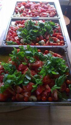 Verdens beste tomatsaus 1/2 dl olivenolje 1/2 kg tomater hvitløk etter ønske (minst en hel) 1 potte basilikumblader frisk timian-noen kvister eller en håndfull frisk oregano 3 ss hvit balsamico eddik 2-3 sp uraffinert havsalt pepper chilli etter ønske Legg alt i langpanne. Sett ovnen på 200 grader i en halv time, evnt senke temp og la stå lengre-jo lengre tid jo jo mer smak.. Nydelig til spaghetti, pizzasaus osv