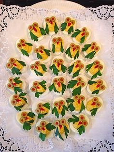 Eier Eule - food for the holidays - Fingerfood Best Party Appetizers, Appetizers For Kids, Fingerfood Party, Snacks Für Party, Appetizer Recipes, Fruits Decoration, Creative Food Art, Food Carving, Food Garnishes