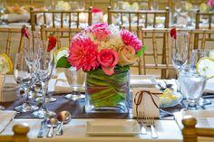 Tischdeko mit Blumen ist bei vielen Hochzeiten der Eyecatcher. Entdeckt viele Beispiele bei hochzeitsportal24.de!