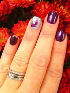Uñas púrpura con pluma