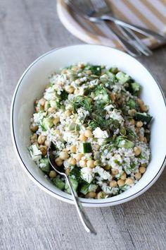 Keitetyt ohrahelmet sopivat terveellisen ja ruokaisan salaatin pohjaksi mainiosti! Sekoita mukaan sitruunainen vinaigrettekastike, kikherneitä, kurkkua, yrttejä ja reilusti fetaa. Kulhollinen huoletonta hyvänolon ruokaa on valmis!