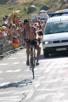 I saw McEwen wheelie across a mountain stage finish at the 2004 TdF. Impressive,… I saw McEwen wheelie across a mountain stage finish at the 2004 TdF. Impressive, to say the least! Cycling Outfit, Cycling Clothing, Alpe D Huez, Champion, Karma, Spin Bikes, Pro Cycling, Group Tours, Sports Stars