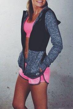 Me encanta esta chaqueta de entretiempo para ir al gym. Es perfecta para el principio de la clase porque siempre ponen el aire acondicionado a tope :)