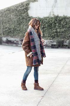 Inspiration for shearling coats. Winter Coat. Ugg mini booties, waterproof & big scarf.  samivida-fashion-blogger-san-sebastian-it's-wonderful-life-coat-look-05-15