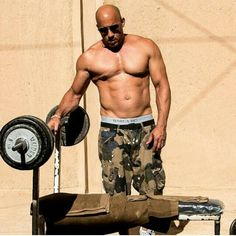 It's getting hot in here! Hollywood hunk Vin Diesel shirtless in Morocco's Sahara desert Vin Diesel Workout, Vin Diesel Shirtless, Shirtless Actors, Dominic Toretto, Hommes Sexy, Famous Men, Good Looking Men, Gorgeous Men, Beautiful People