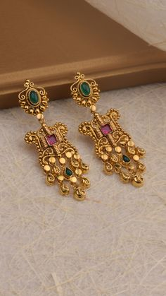 Gold earrings of intricate scrolls accented with vibrant stones. earrings Gold earrings of intricate scrolls accented with vibrant stones. Antique Jewellery Designs, Gold Ring Designs, Gold Bangles Design, Gold Jewellery Design, Gold Jhumka Earrings, Jewelry Design Earrings, Gold Earrings Designs, Antique Earrings, Jewelry Accessories