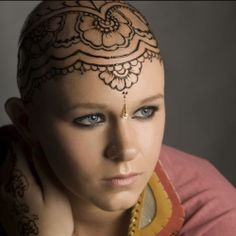 Henna art work if you loose your hair. A Beautiful New Trend Is Helping Cancer Patients Overcome the Stigma of Hair Loss. Henna Tattoos, Henna Tattoo Designs, Girl Tattoos, Tattoos For Women, Tatoos, Symbols Tattoos, Crown Tattoos, Tattoo Ideas, Kopf Tattoo