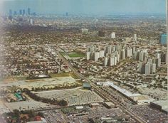 Aeriel shot of Farmers Market and the Gilmore Drive In (where the Grove is now). Including Miracle Mile and downtown in the foreground. Lok at all those parking spaces! California History, California Dreamin', Las Vegas, San Fernando Valley, Drive In Theater, Valley Girls, City Of Angels, Los Angeles County, Back In The Day