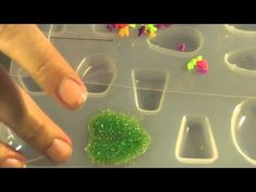 Good tutorial of how to make a resin pin. I will have to make this with Gloria for her friends. They will love it.