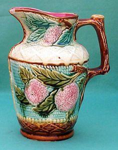 """Les pichets en barbotine de Nimy. Pichet """" Oranges """" hauteur 24 cm  Cachet """" Mouzin-Lecat """" 1851 -1890"""