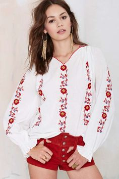Vintage Hannah Embroidered Peasant Blouse I love the blouse.the shorts are not for me but someone young with great legs could carry this off xo Embroidery Fashion, Vintage Embroidery, Floral Embroidery, Folk Fashion, Ethnic Fashion, Moda Popular, Bohemian Mode, Estilo Boho, Peasant Blouse