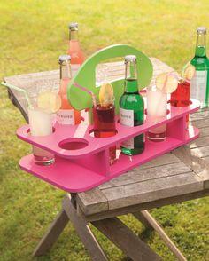 Ein kühles Bier, eine kalte Cola, Brause oder frische Säfte für die Kleinen! Servieren Sie Ihren Lieben erfrischende Köstlichkeiten in Ihrem Garten – mit dem Kreativ-Kit Getränketablett Gartensause. #DIY #Twercs