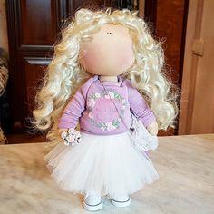 """Не могла не выложить эту красавицу-хоть и фото """"на фоне ковра""""такая канитель перед НГ- планируешь куколку сфоткать-а, уже смеркается  !!!#кукла #кукларучнойработы #текстильнаякукла #куклаизткани #интерьернаякукла #интерьернаяигрушка #рукоделие #тильда #творчество #хобби #сделайсам #снежка #большеножка #куколка #kukla #doll #dollstagram#куклыекатеринбург#екатеринбург #подарок #хобби #купить#екбсегодня #нежнятина #милота #мкекб #мкекатеринбург#мастерклассекб #handmade#цветыикуклы#новыйгод..."""