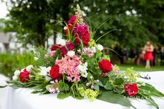 red and white rose wedding flower table arrangement by (c) radmila kerl wedding photography munich